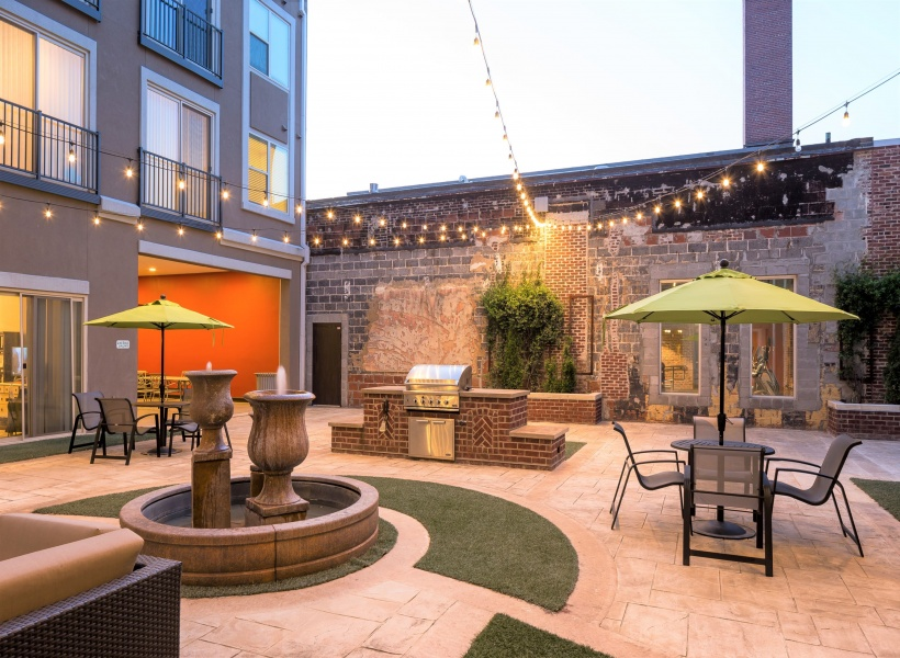 Melrose Apartments Outdoor Lounge Area